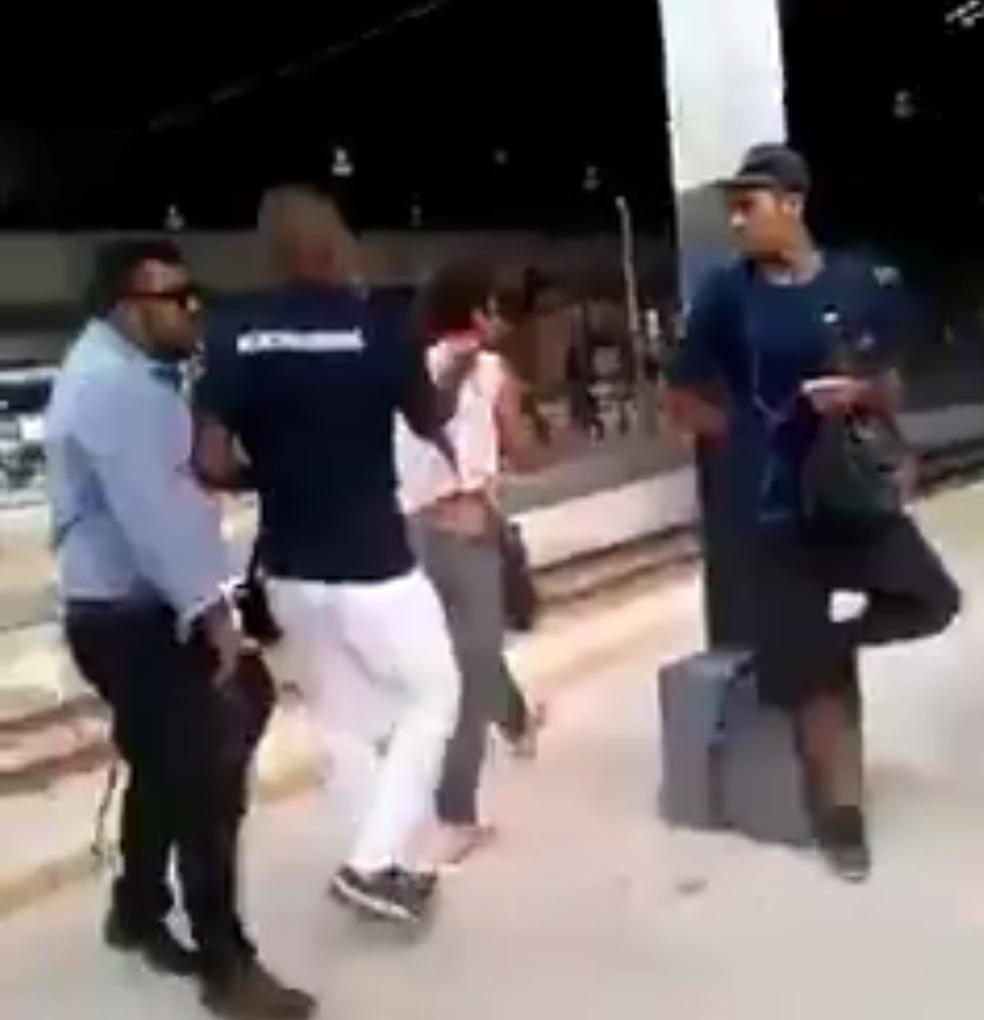 Homem foi entregue a um policial à paisana por agentes da SupeVia (Foto: Reprodução/ Redes sociais)