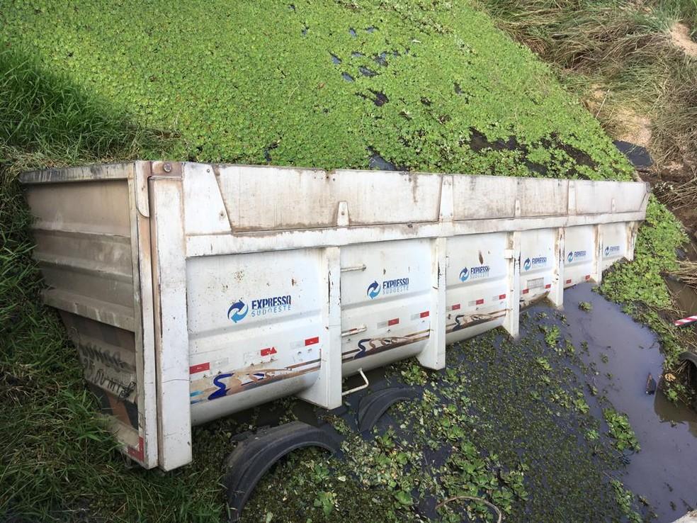 Parte da carroceria do caminhão caiu em um rio após acidente na Bahia  — Foto: Arquivo Pessoal