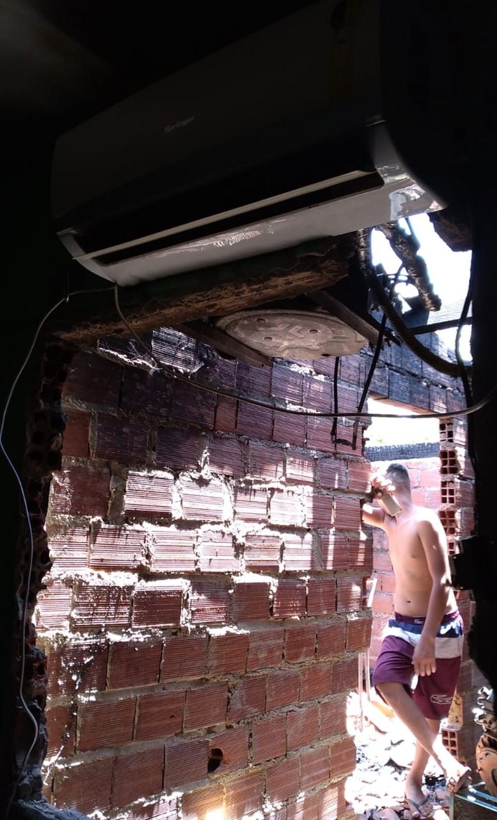 Janela que foi quebrada para salvar a menina de 8 anos do incêndio no Piauí — Foto: Arquivo Pessoal/Ironildes Ribeiro
