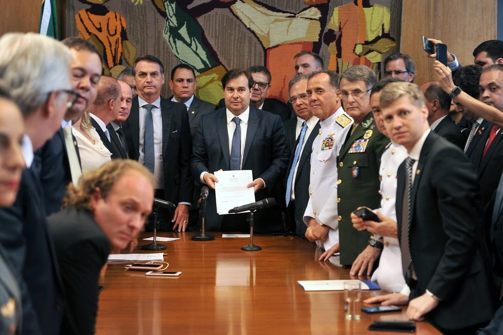 Projeto de lei sobre aposentadoria de militares foi entregue pessoalmente por Bolsonaro ao presidente da Câmara dos Deputados, Rodrigo Maia — Foto: J. Batista / Câmara dos Deputados