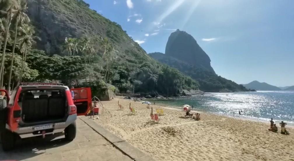 Carro dos bombeiros do RJ na Praia Vermelha — Foto: Reprodução/CBMERJ