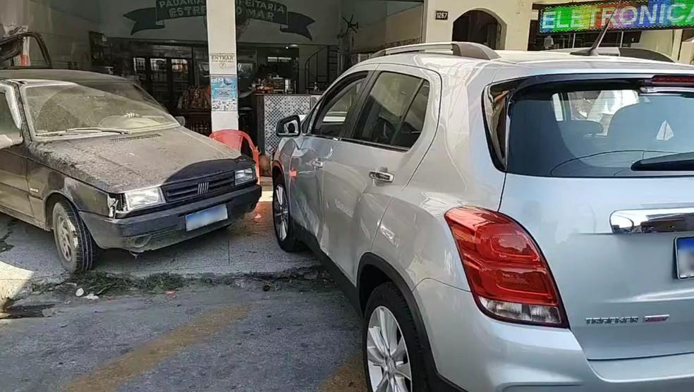 Colisão entre carros atinge padaria no Parque Mambucaba, em Angra dos Reis — Foto: Reprodução/Redes sociais