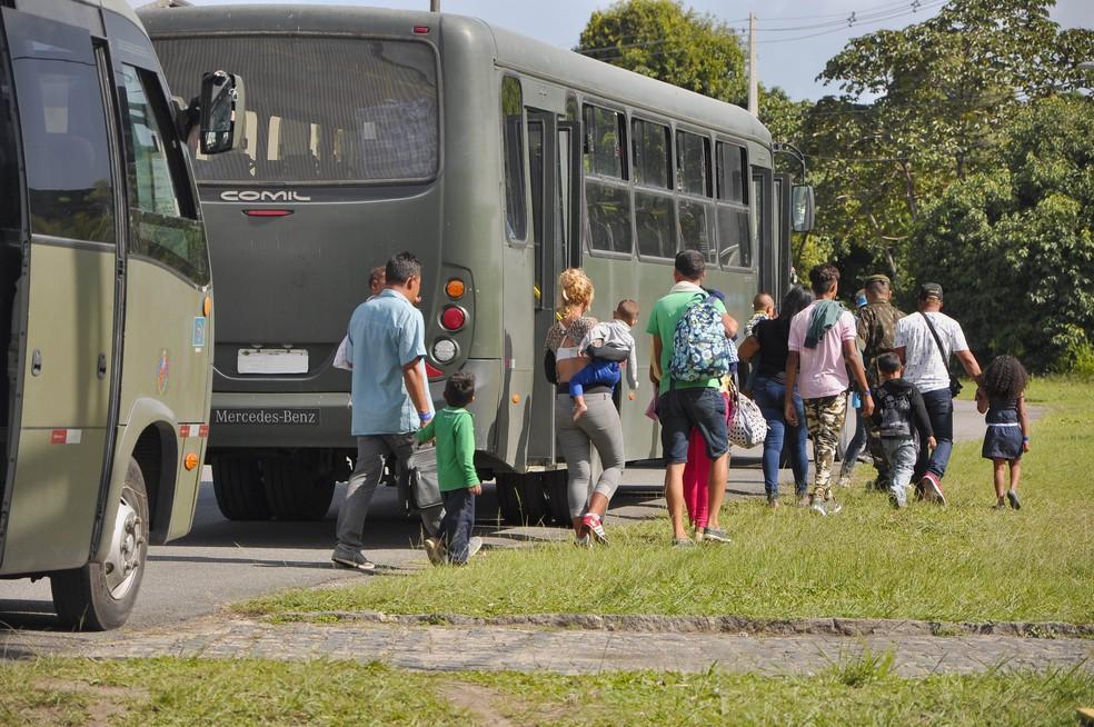 Do aeroporto do Recife, refugiados venezuelanos seguiram de ônibus para Igarassu, na Região Metropolitana — Foto: Marcelo Vidal/SDSCJ/Divulgação
