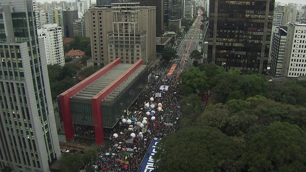 Manifestantes se reúnem às 17h25 na Avenida Paulista.  — Foto: Reprodução/GloboNews