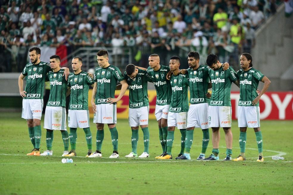 Jogadores do Palmeiras durante a disputa por pênaltis. Luan é o único com as meias arriadas (Foto: Marcos Ribolli)