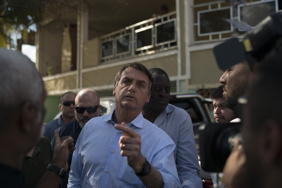 Bolsonaro vai a enterro de militar morto em operação (Foto: AP Photo/Leo Correa )