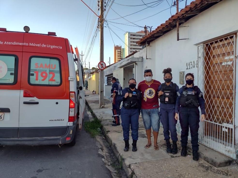 Mulher dá à luz sozinha em casa e, sem celular, pai pede ajuda à Guarda Municipal de Teresina na rua  — Foto: Divulgação/GCM