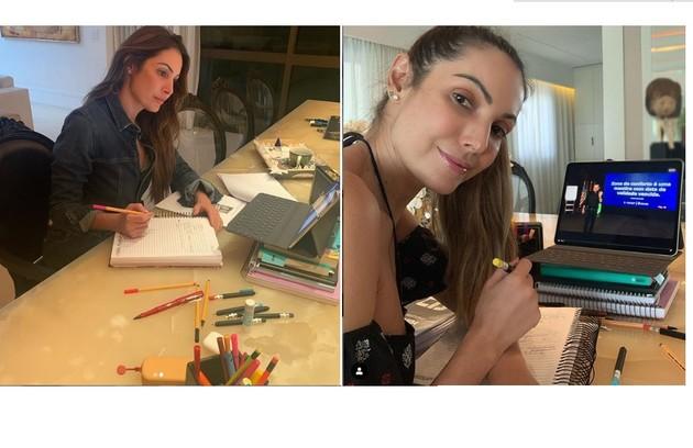 Patrícia Poesta estuda para o 'É de casa' em sua sala (Foto: Reprodução)