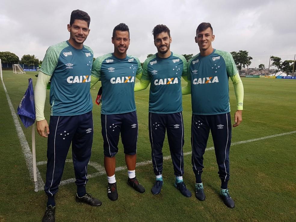 Goleiros posam para foto com o novo uniforme de treino (Foto: Divulgação / Cruzeiro)