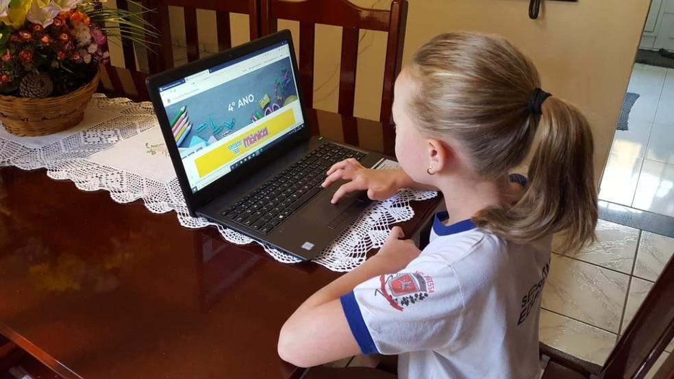 Estudante acessa site criado para estudo online na rede municipal de Nova Odessa, durante a pandemia de coronavírus — Foto: Divulgação/ Prefeitura de Nova Odessa