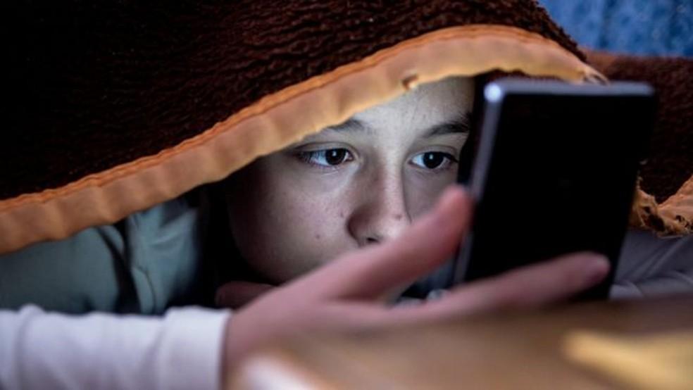 Aparelhos como computadores e celulares também contribuem para dificuldade de dormir cedo — Foto: Divulgação Getty Images