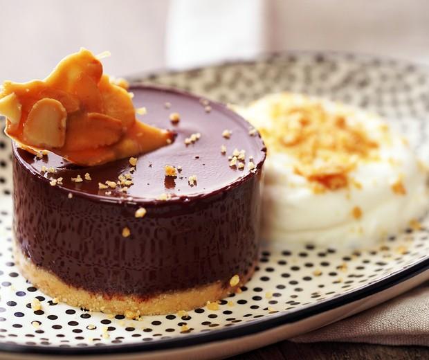 Torta de chocolate com pé-de-moleque de amêndoas (Foto: Divulgação)