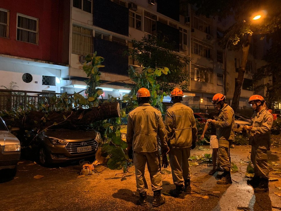 Bombeiros trabalharam durante a madrugada na Rua Gustavo Sampaio, Leme. — Foto: Fernanda Rouvenat