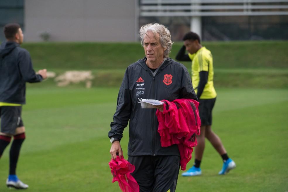 Jorge Jesus pretende não mudar mais de cinco jogadores no time — Foto: Alexandre Vidal / Flamengo
