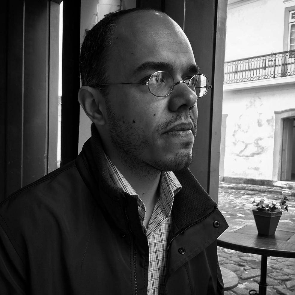 O escritor, tradutor e professor de Linguística da Universidade Federal do Paraná (UFPR) em foto de 2014 — Foto: Kate Griffin/Divulgação