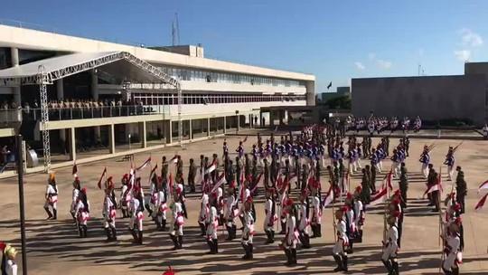 Comandante do Exército participa de evento com desfile militar e alusão ao golpe de 64