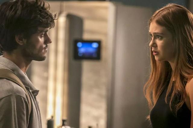 Jonatas (Felipe Simas) e Eliza (Marina Ruy Barbosa) em 'Totalmente demais' (Foto: TV Globo)