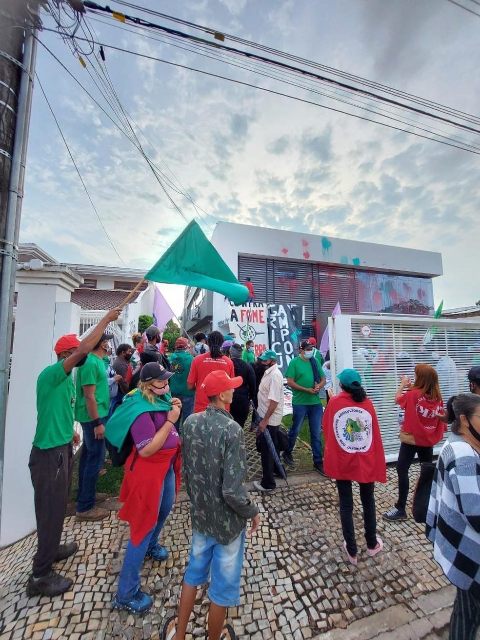 Grupo invade e picha sede da Associação de Produtores de Soja em Brasília — Foto: Twitter/Reprodução