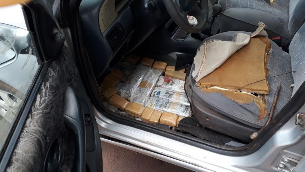 -  Tabletes de maconha no banco e no assoalho do carro, em MS  Foto: PMR/Divulgação