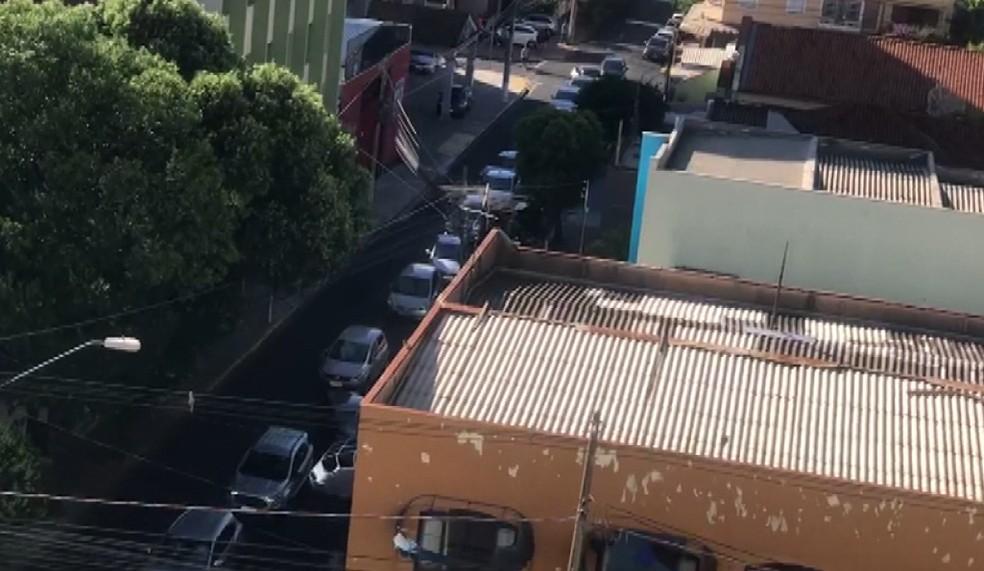 Fila de carros para vacinação de idosos contra a gripe em Ribeirão Preto — Foto: Reprodução/EPTV