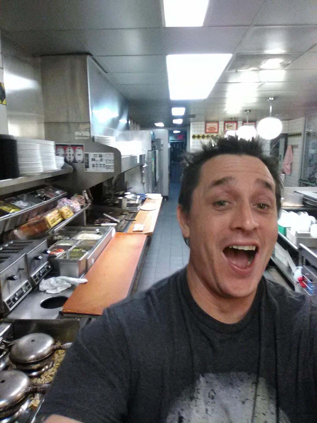 Freguês vai a lanchonete, vê funcionário dormindo e cozinha seu próprio sanduíche nos EUA (Foto: Alex Bowen/Facebook)