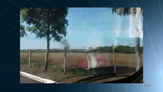 Testemunha filma aeronave logo após queda em Jataí: 'Vi avião oscilando'