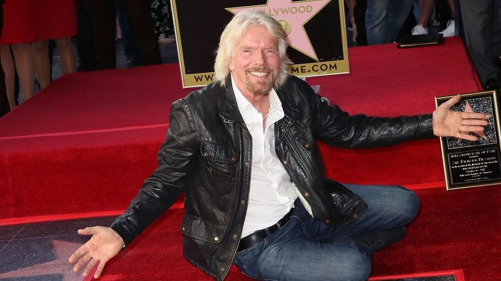O milionário britânico começou na indústria da música, mas, nos últimos anos, entrou na corrida espacial e diz que estará no espaço em 'semanas' (Foto: Getty Images)