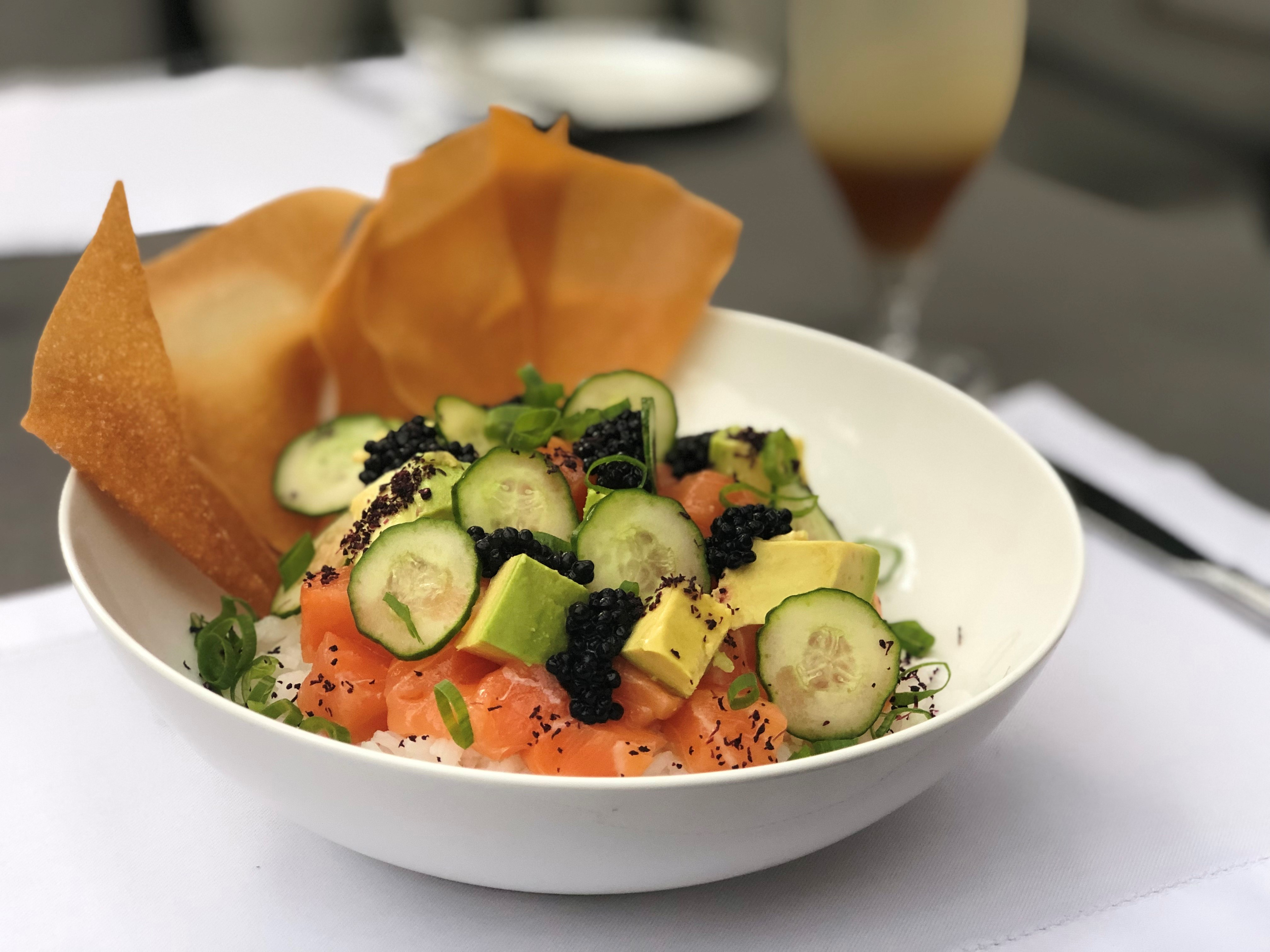 Poke de Salmão servido com cebolinha, avocado, pepino japonês, ovas de mujol e vinagrete de gengibre (Foto: Divulgação)