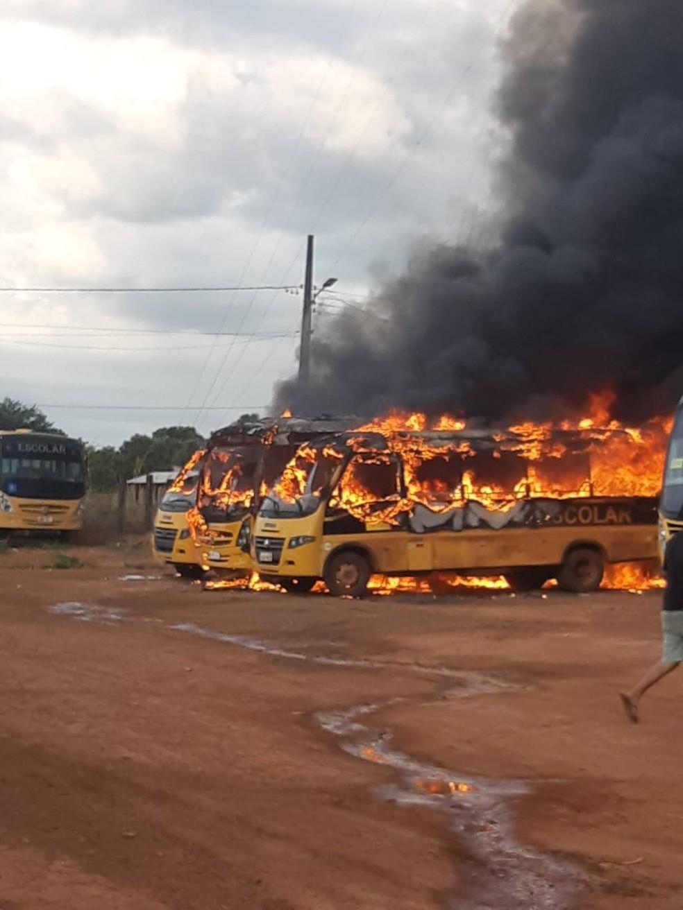 Incêndio destrói três micro-ônibus escolares e um ônibus em pátio de prefeitura em Peixoto de Azevedo — Foto: Divulgação