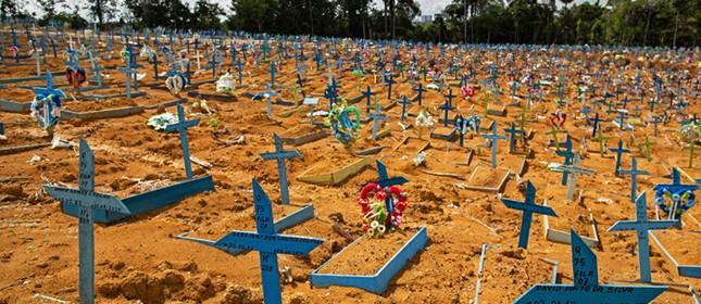 Vítimas da Covid-19 no cemitério de Nossa Senhora Aparecida, em Manaus. Como evitar que essa visão se espalhe pelo Brasil?