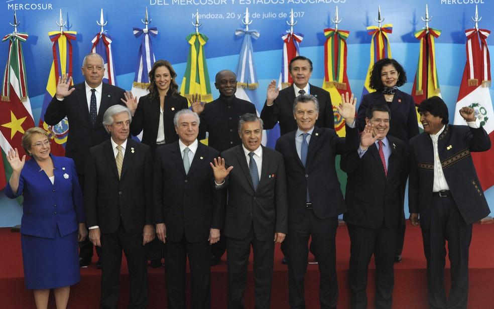 Autoridades posam para foto durante reunião do Mercosul em Mendoza, na Argentina (Foto: Andres Larrovere/AFP)