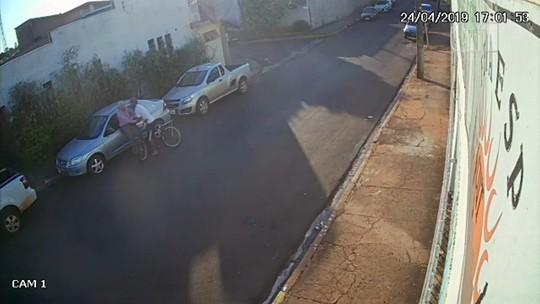 Ladrão em bicicleta agride idoso durante assalto em Bariri; vídeo