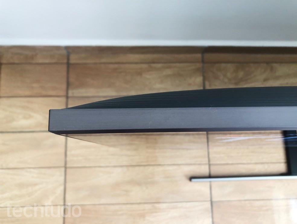 QLED 80R tem espessura Ultra Slim e acabamento elegante em cobre — Foto: Tainah Tavares/TechTudo