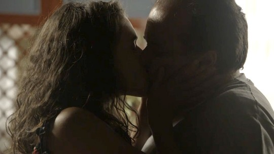 Lourdes Maria tasca beijão em Olavo e se declara apaixonada