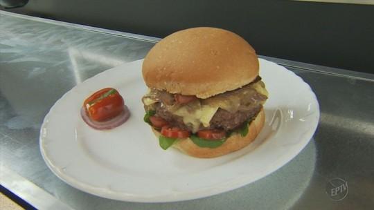 Vencedor do concurso Super Mega Burguer recebe food truck, em Poços de Caldas (MG)