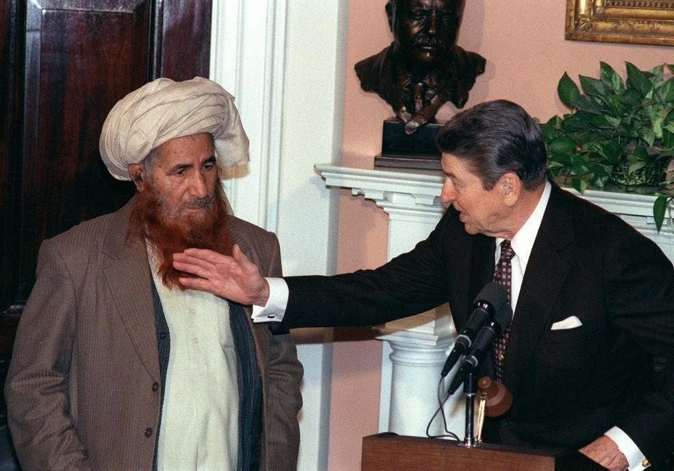 Ronald Reagan, então presidente dos EUA, reúne-se com o líder afegão Yunis Khales na Casa Branca, em 1987 — Foto: Mike Sargent/AFP/Arquivo