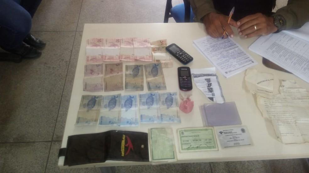Dinheiro, droga e objetos apreendidos pela PM em Oriximiná (Foto: Polícia Militar/Divulgação)