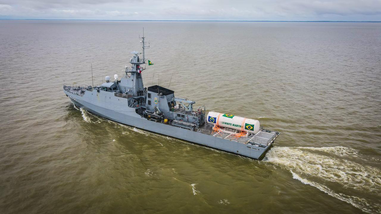 Navio da Marinha chega ao Pará para envasar tanque de oxigênio que será levado para Manaus