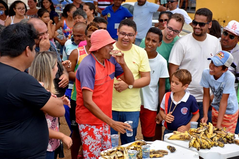 """José Grimaldo Rodrigues foi o campeão do concurso """"Quem come mais bananas""""  (Foto: Daniel Jandicleison )"""