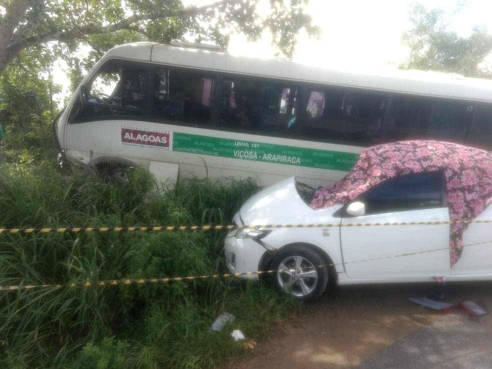 Acidente entre carro e micro-ônibus aconteceu em rodovia no Agreste de Alagoas (Foto: Janisson Umbelino/TV Gazeta)