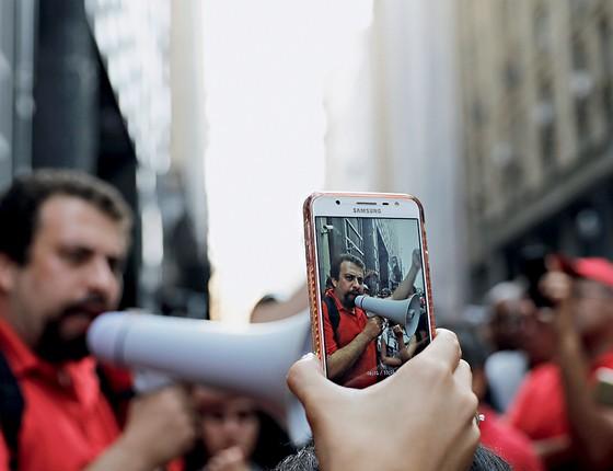 """Diplomático, Boulos disse que não bloqueia ninguém no celular  por """"ser a favor  do diálogo"""". Enquanto Maia não deseja ninguém mais preso pela Lava Jato, Boulos lamenta que a operação não tenha levado tucanos para a cadeia (Foto: Nacho Doce/Reuters)"""