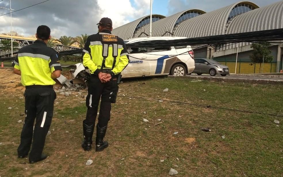 Carro derrubou poste após batida na Avenida Paralela e agentes da Transalvador foram encaminhados ao local — Foto: Cid Vaz/TV Bahia