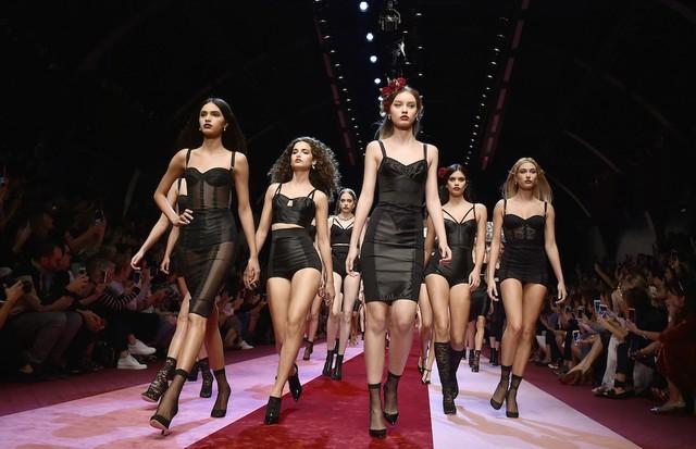 Modelos na passarela da Dolce & Gabbana (Foto: Getty Images)