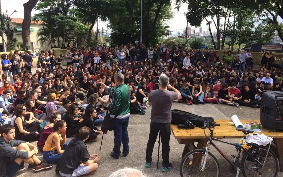 Alunos fazem roda de conversa na Praça dos Arcos — Foto: Paula Paiva Paulo/G1