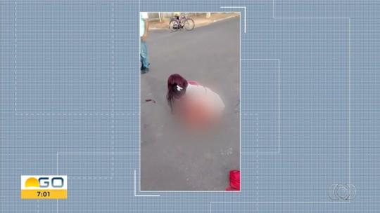 Ensanguentada após ser esfaqueada no meio da rua, mulher para carro para pedir socorro; ex foi preso suspeito do crime