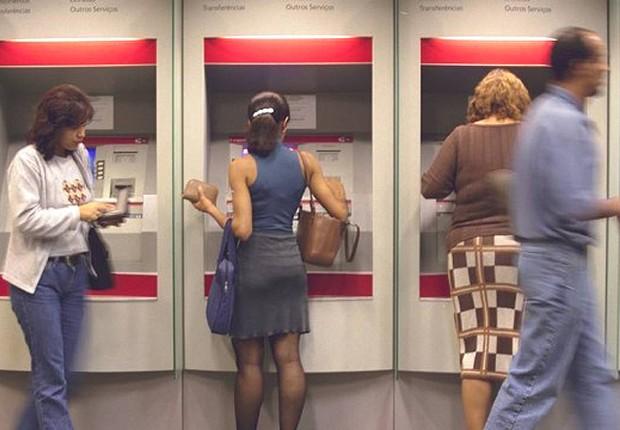 Clientes utilizam caixa eletrônico em agência bancária: número de brasileiros com conta corrente em banco pulou para 86,3 milhões (Foto: Arquivo/Agência Brasil)