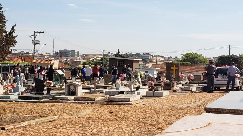 Polícia e envolvidos no caso acompanham a exumação do caixão em Monte Aprazível  (Foto: Vanessa Mauri/TV TEM)
