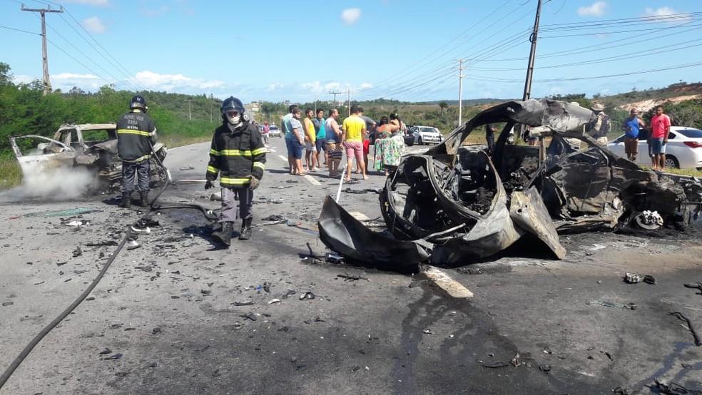 Acidente envolvendo três carros deixa mortos e feridos em rodovia baiana — Foto: Divulgação/PMBA