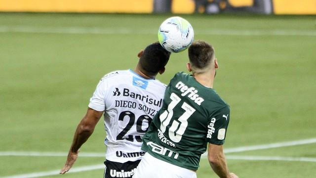 Diego Souza e Alan Empereur disputama bola; primeiro tempo ficou sem gols