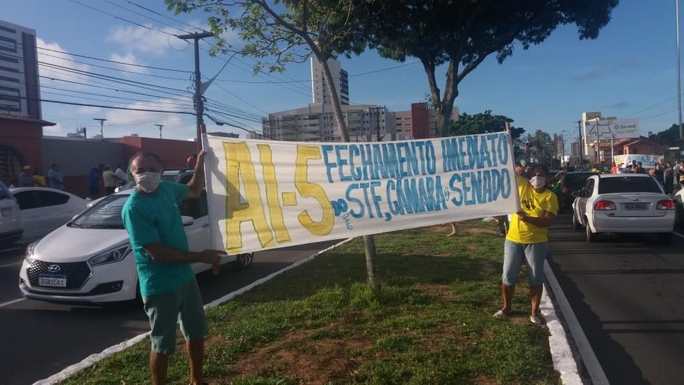Apoiadores de Bolsonaro pedem volta do Ato Institucional 5 em carreata em Natal — Foto: Renato Lisboa